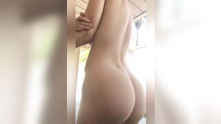 Shaking her ass - Ass vs. Boobs